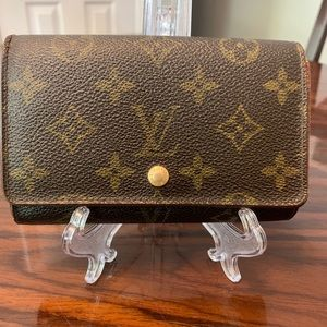Aunthentic Louis Vuitton Snap Wallet 4 cash areas!